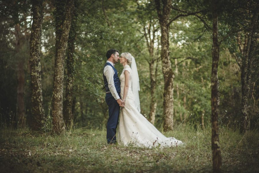 bride-groom-kiss-dordogne-wedding