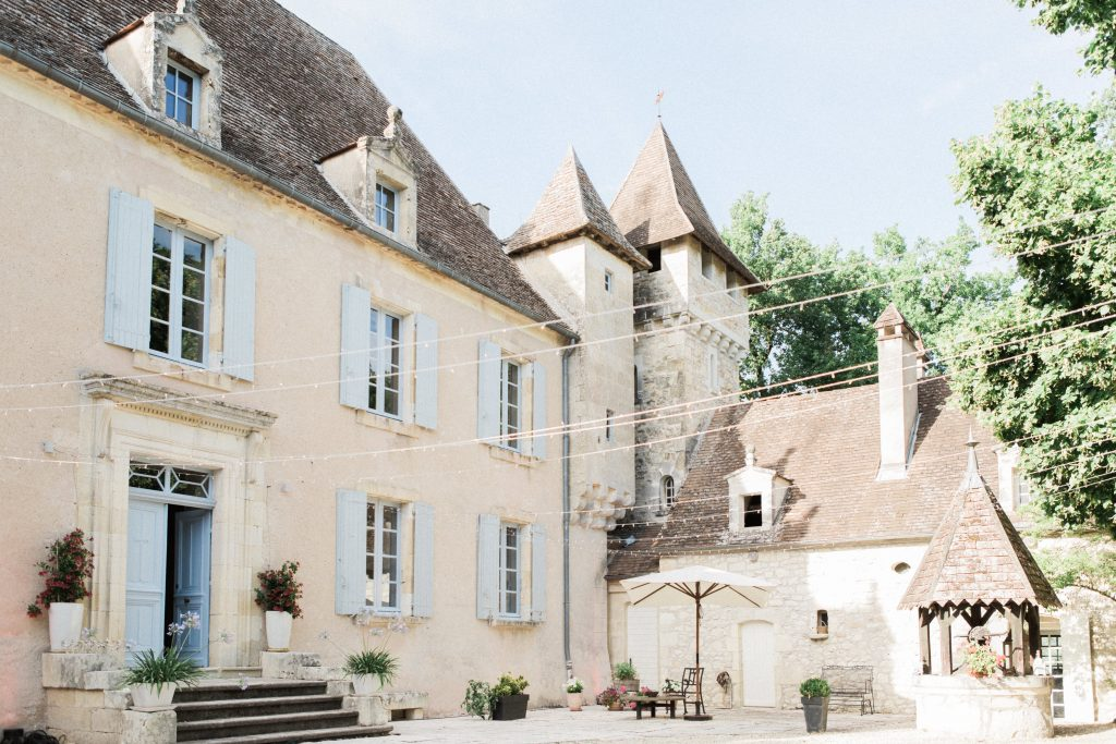 courtyard-french-wedding-chateau-ladausse