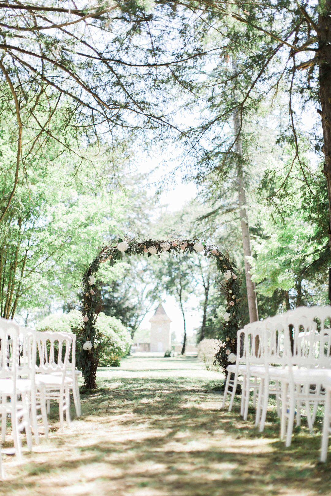wedding-arch-outdoor-ceremony-france