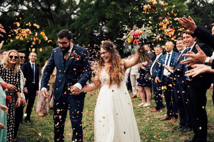 dordogne-wedding-bride-and-groom-confetti